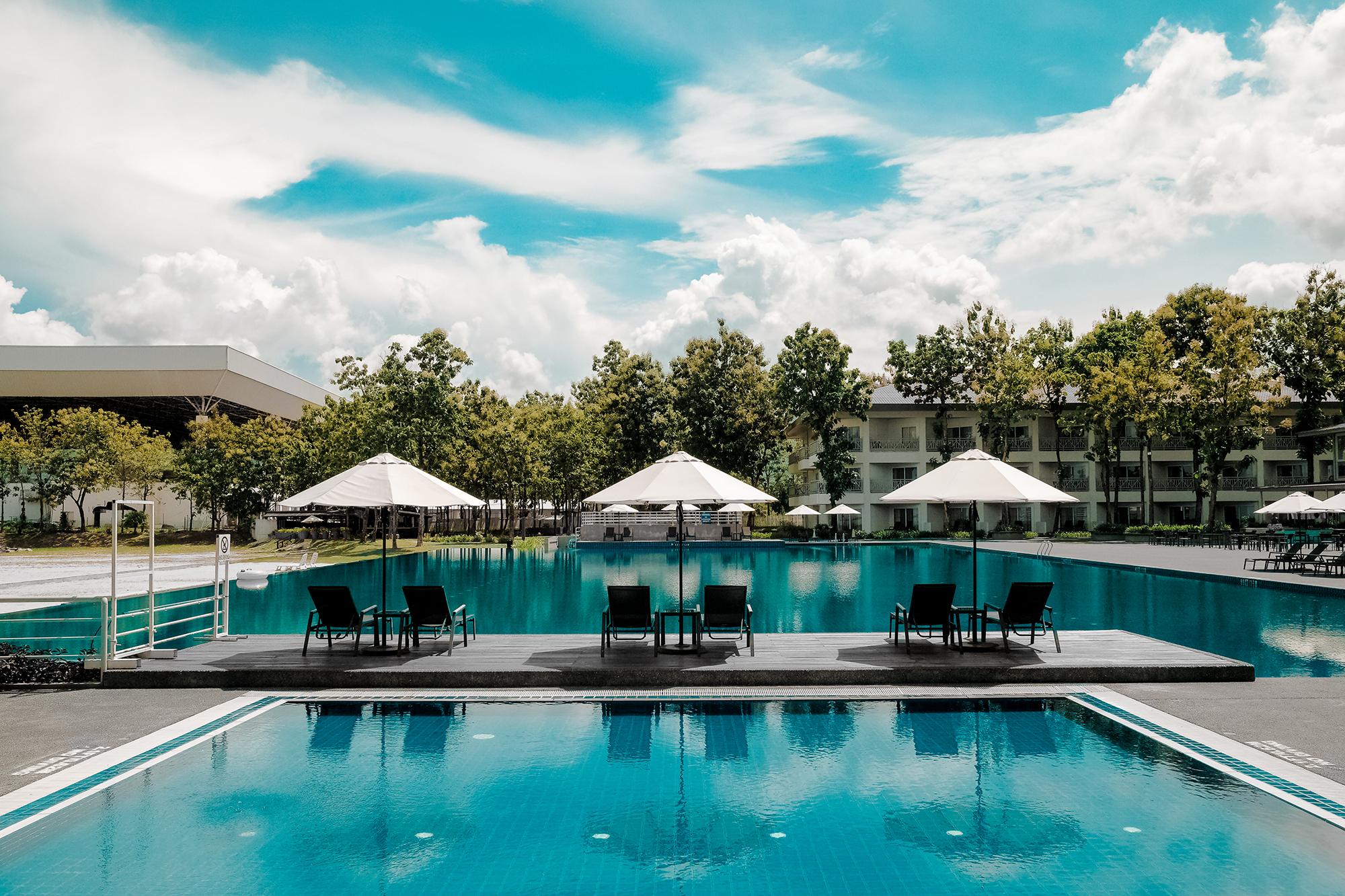Hotel Pool (Donald Tong)