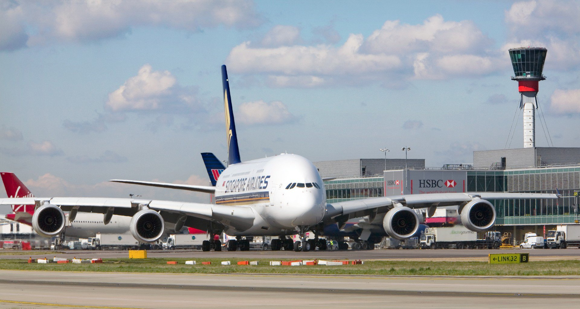 SQ A380 LHR Taxiing (Heathrow Airport Limited).jpg